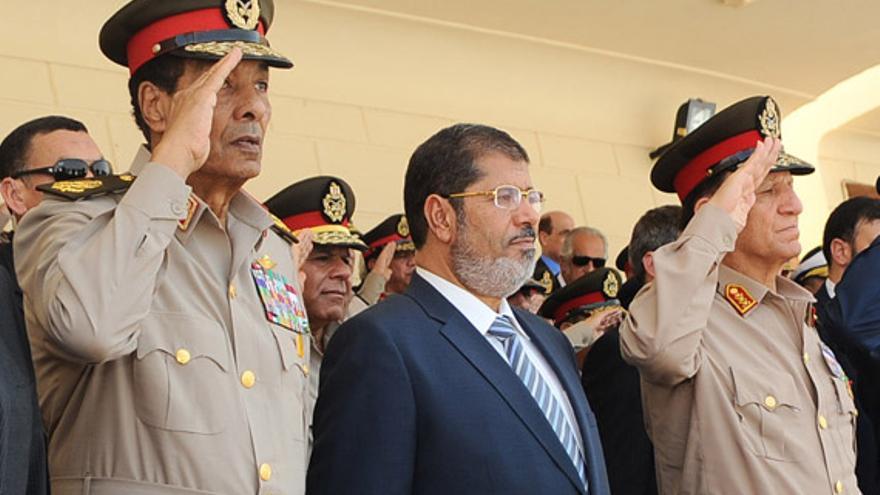 Mohamed Morsi, cuando aún era presidente, flanqueado por generales (Foto de archivo, Efe)