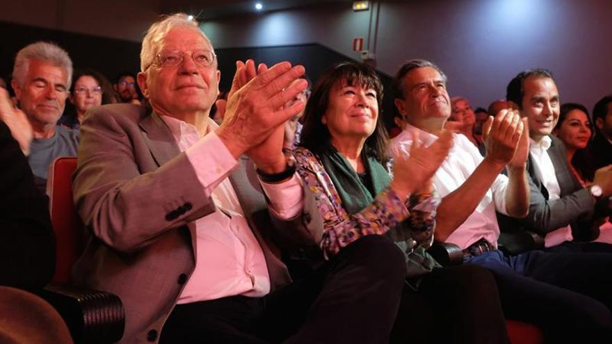El ministro de Asuntos Exteriores y candidato del PSOE al Parlamento Europeo, Josep Borrell; la presidenta del partido, Cristina Narbona; el eurodiputado Juan Fernando Lopez Aguilar y el secretario general de los socialistas en Fuerteventura, Blas Acosta, durante un acto de campaña en Puerto del Rosario.