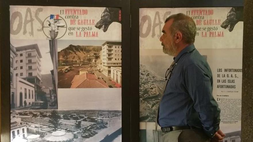 En la imagen, Manuel Lorenzo junto a un panel.