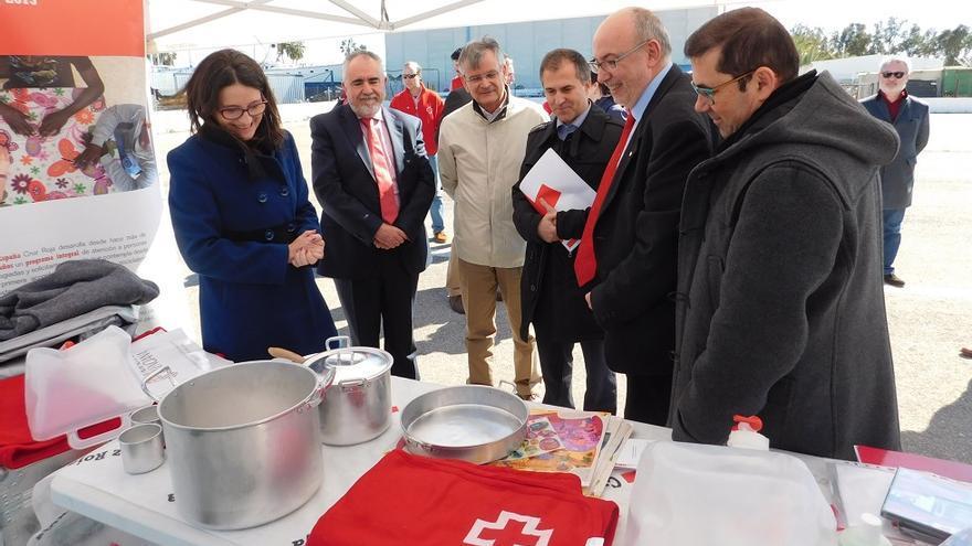 Oltra y Alcaraz han visitado en Valencia al barco con el cargamento de la Cruz Roja