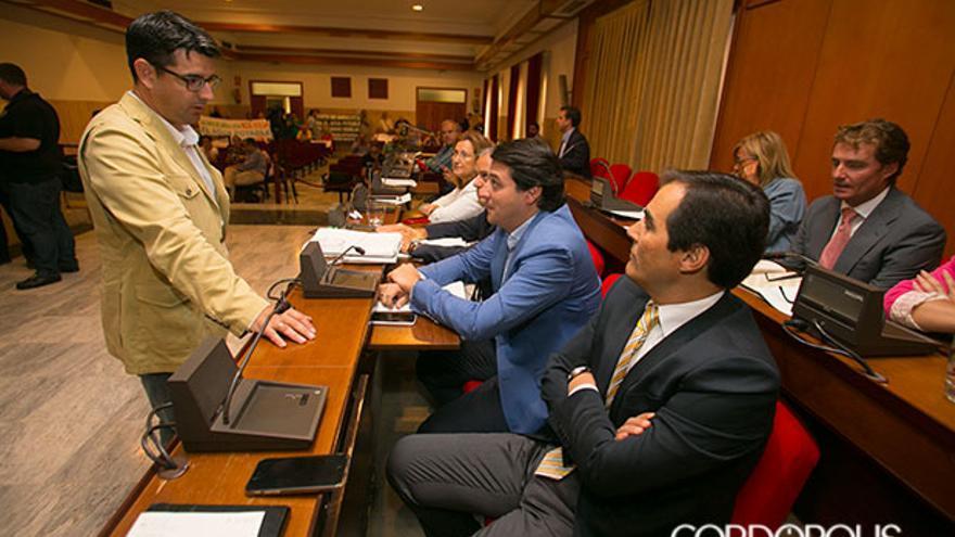 Pedro García hablando con el grupo del PP   MADERO CUBERO