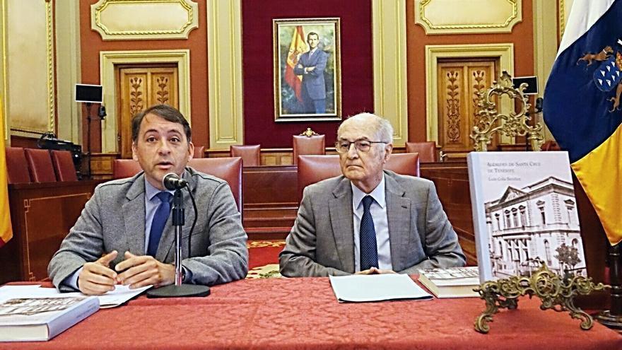 José Manuel Bermúdez, a la izquierda, en el acto celebrado este miércoles en el salón de plenos