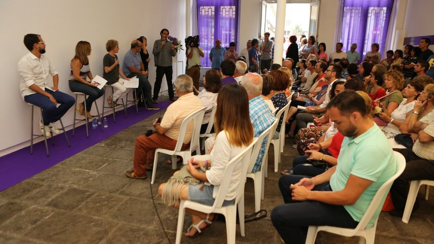 Los consejeros de Podemos en el Cabildo de Gran Canaria durante el acto. (Alejandro Ramos).