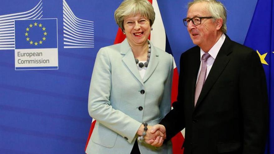 Theresa May y Jean-Claude Juncker, en su reunión para alcanzar el primer acuerdo sobre el Brexit, este 8 de diciembre de 2017.