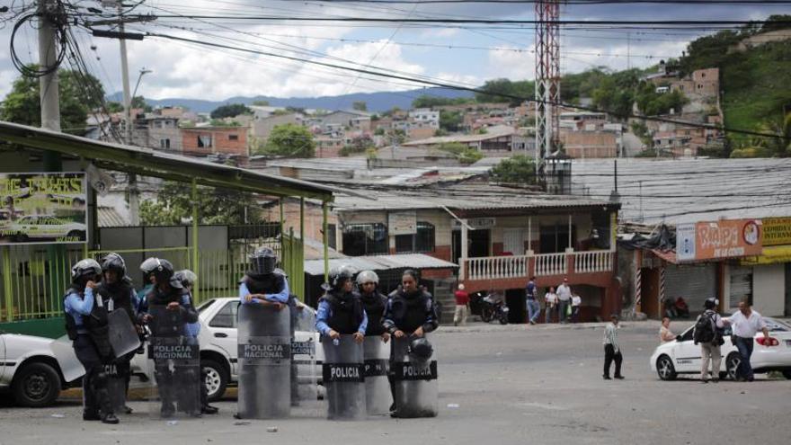 La Policía disuelve pequeñas protestas contra el presidente de Honduras