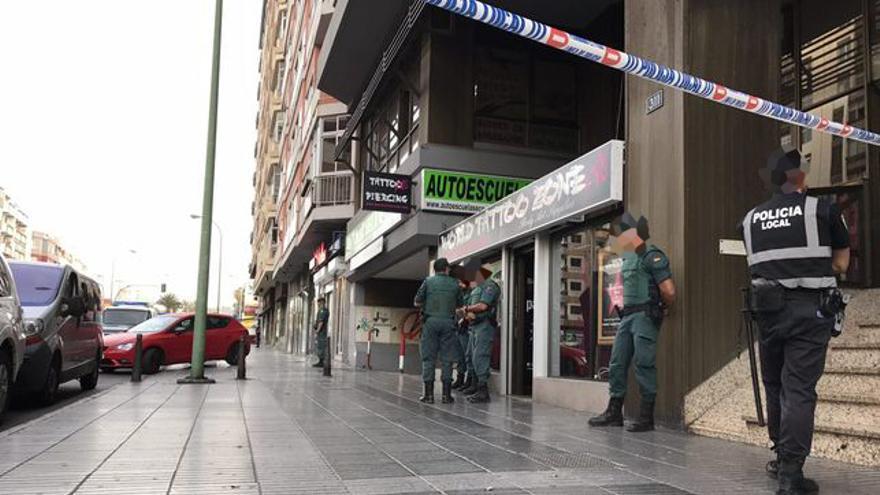 Operativo policial en un centro de tatuajes de Las Palmas de Gran Canaria por el uso de tintas ilegales.