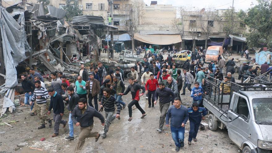 Civiles huyen tras la explosión de un barril bomba en el barrio de Ma'adi, en Alepo. Un helicoptero está sobrevolando de nuevo la zona después del ataque y temen una nueva bomba, 11 de abril 2015. / Amnesty International (Photo: Mujahid Abu al-Joud).