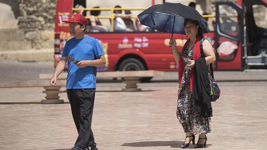 Dos turistas pasean por la Puerta del Puente | TONI BLANCO