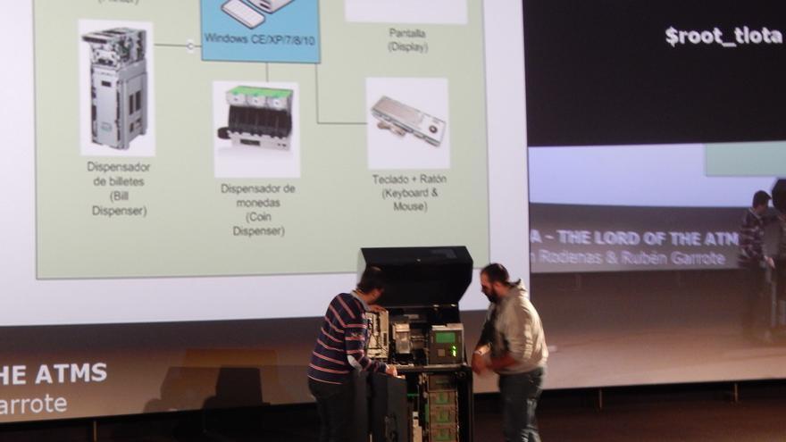 Ródenas y Garrote muestran el funcionamiento de un cajero en el Congreso de Seguridad ROOTED CON
