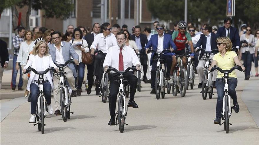 Mariano Rajoy pedalea escoltado por Cristina Cifuentes y Esperanza Aguirre.