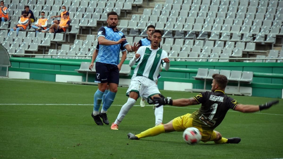 Lance del duelo entre el Córdoba B y el Rota.