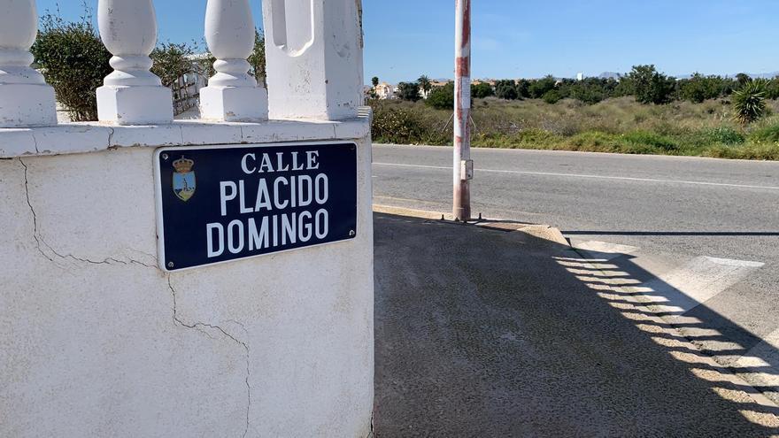 La placa de la calle Plácido Domingo, en Torrevieja.