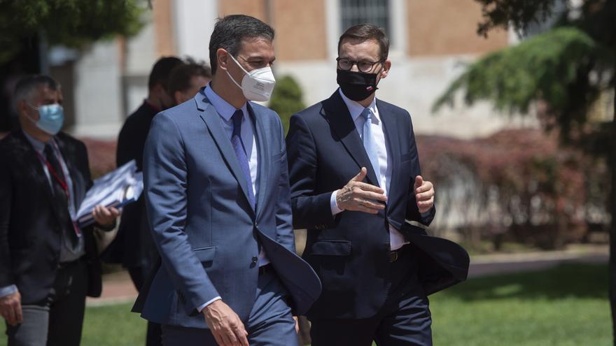 El presidente del Gobierno, Pedro Sánchez (d), saluda al primer ministro de la República de Polonia, Mateusz Morawiecki, en una rueda de prensa en la XIII Cumbre hispano-polaca, a 31 de mayo de 2021, en Alcalá de Henares, Madrid (España)