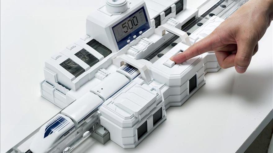 Diseñan en Japón el primer tren de levitación magnética de juguete
