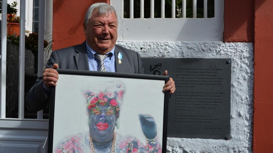Víctor Díaz este jueves con un retrato de la Negra Tomasa.