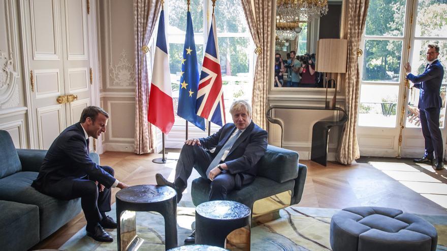 Imagen del encuentro entre el primer ministro británico, Boris Johnson, y el presidente francés, Emmanuel Macron.