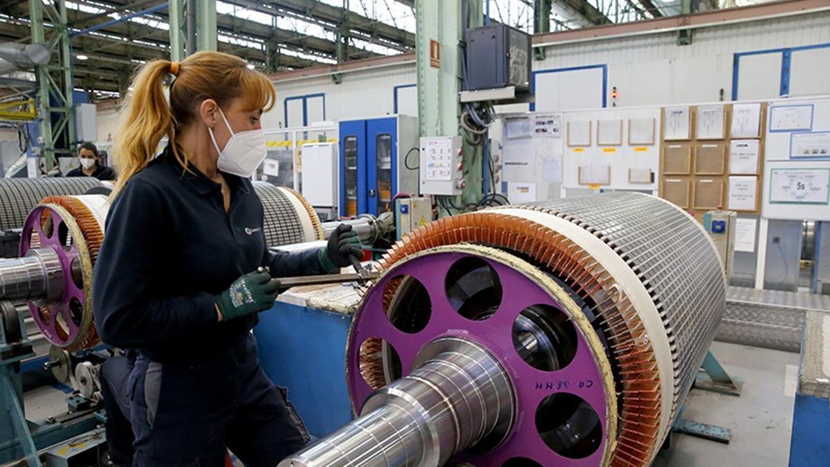 Imagen de archivo de una trabajadora de la industria en Cantabria