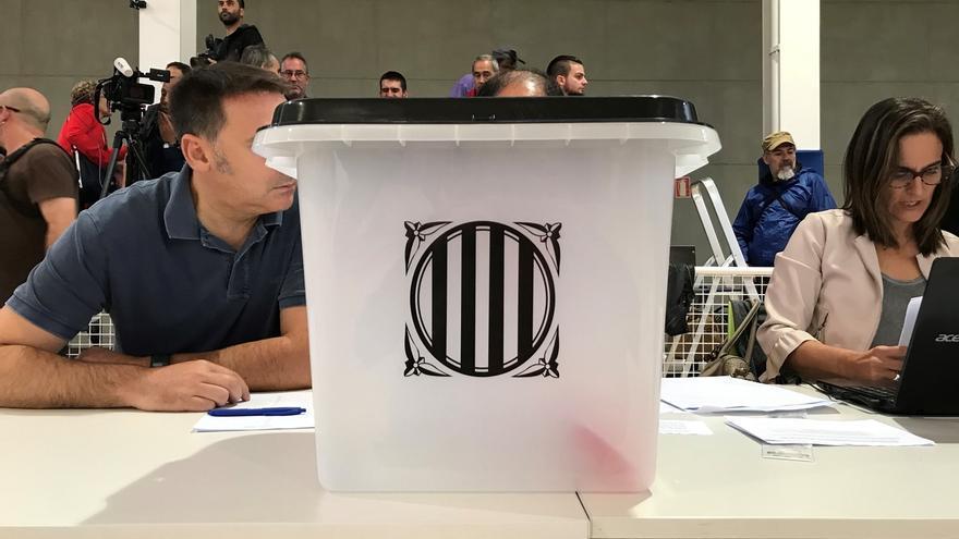 Llegan las urnas al colegio electoral de Puigdemont
