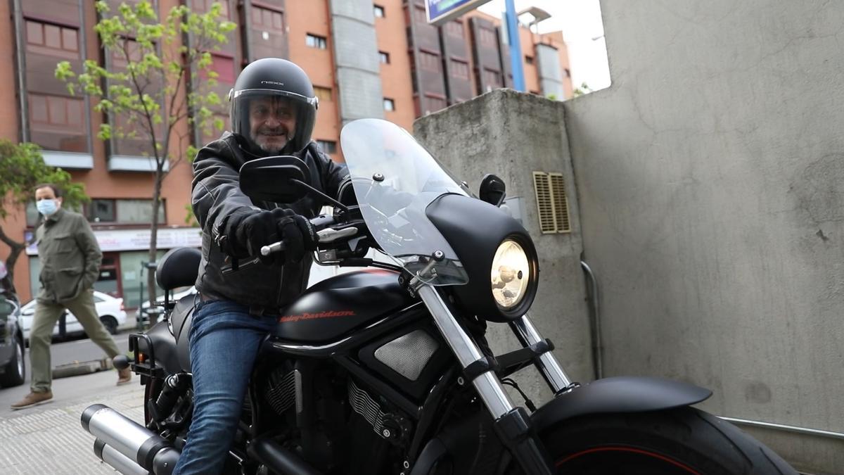 Edmundo Bal, candidato de Cs a la salida de la sede del partido 'naranja' hacia los estudios de Telemadrid en su Harley Davidson
