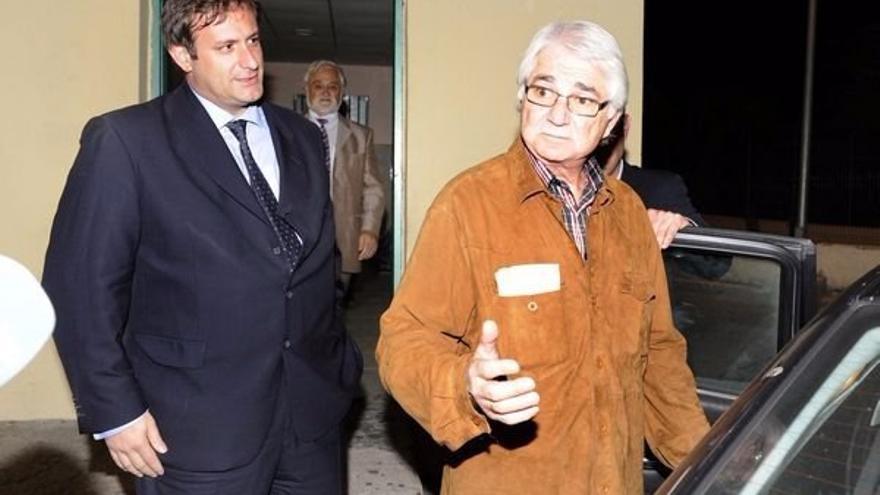 Suárez Gil, a la salida de prisión, acompañado de su abogado Eduardo López Mendoza.