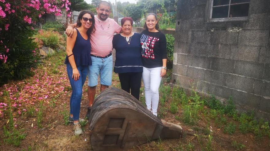 La concejal de Cultura de Garafía, Glemis Rodríguez, con familiares de Anelio Hernández, ante el fuelle de la antigua fragua.