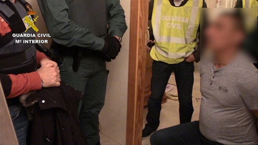 El detenido, en las dependencias de la Guardia Civil