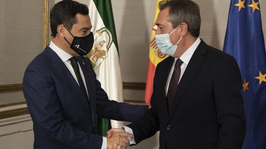 El presidente de la Junta, Juanma Moreno (i), durante su reunión con el secretario general del PSOE-A, Juan Espadas (d), en el marco de las reuniones con los partidos con representación parlamentaria para abordar la negociación del proyecto de Presupuesto