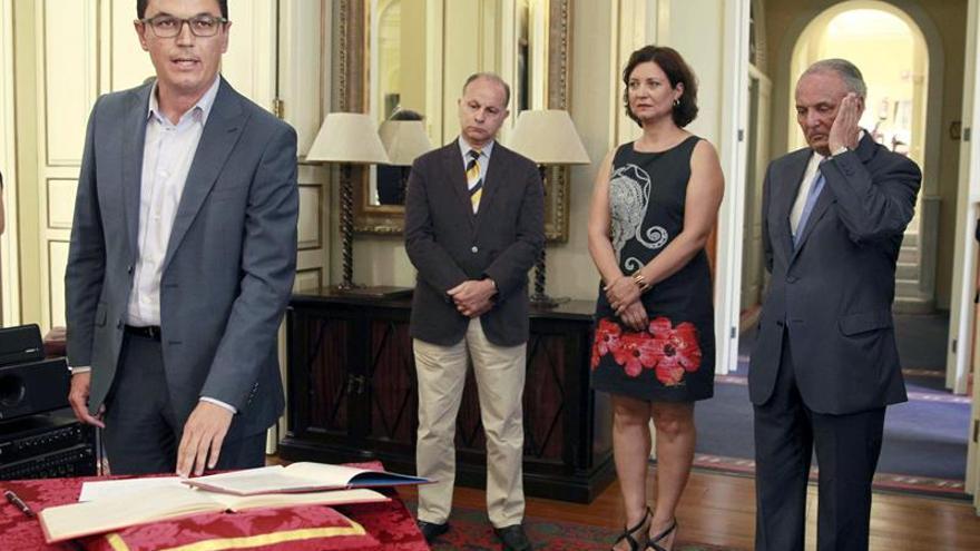 Pablo Rodríguez Valido en la toma de posesión como diputado del Parlamento de Canarias. Detrás, Jorge Rodríguez Pérez, Ventura del Carmen Rodríguez Herrera y Juan Manuel García Ramos. (EFE/Cristóbal García)