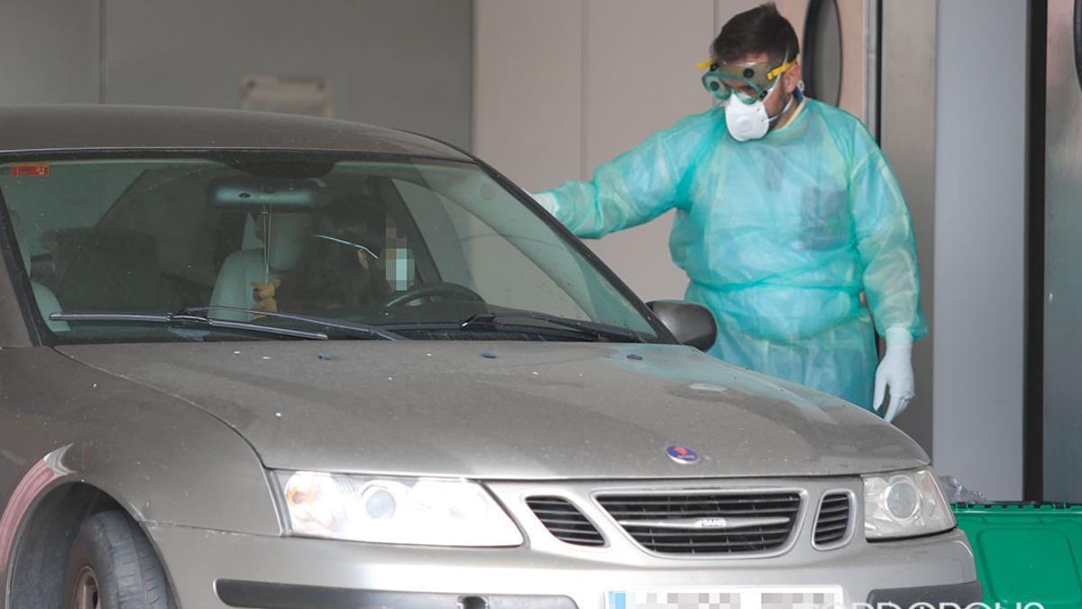 Un sanitario realiza un test rápido de Covid-19