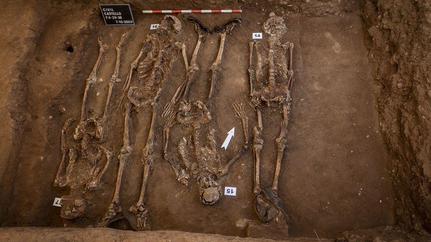 Cossos en la fossa del cementiri civil de Castelló.