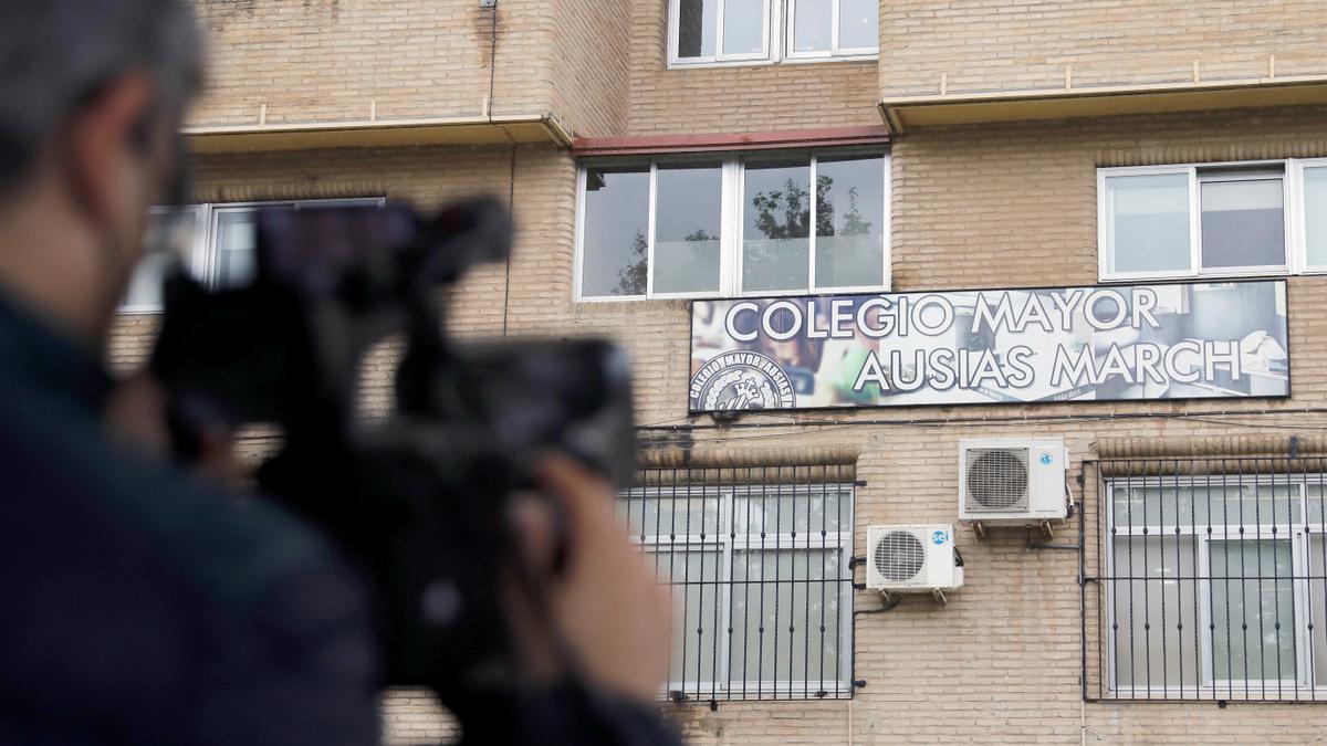 Un reportero toma imágenes del colegio mayor Ausiàs March de València este jueves. EFE/Ana Escobar