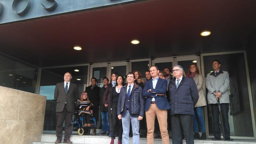 Jueces y fiscales, en la puerta exterior de Juzgados de Toledo / Fidel Manjavacas