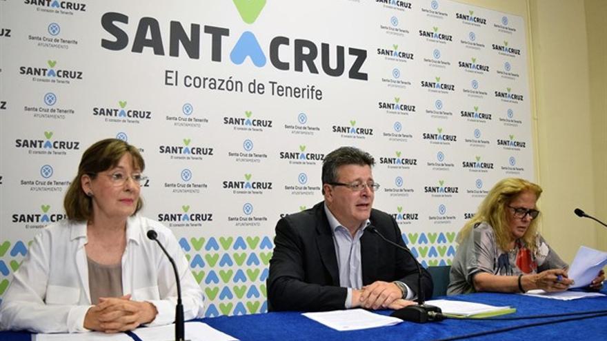 Maisa Navarro (izquierda), catedrática de la ULL, en una presentación reciente en el Ayuntamiento de Santa Cruz de Tenerife