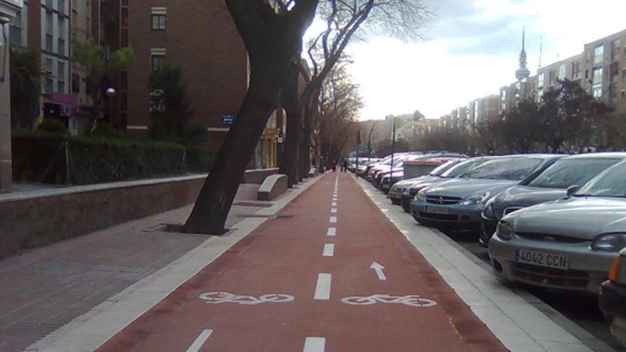 Una acera bici en la avenida de Arcentales (Madrid)
