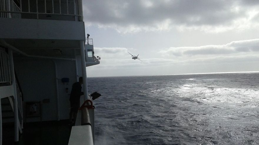 Un momento durante el rescate de los dos hombres desde el barco de la Naviera Armas. Imagen cedida por uno de los pasajeros del barco.
