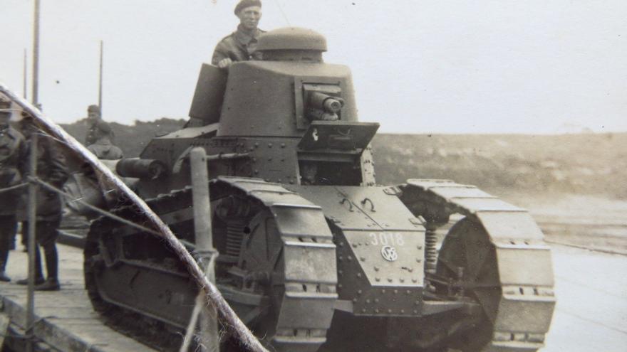 Tanque Renault FT-17 en servicio con el ejército polaco a comienzos de la década de 1930. Un total de 48 de estos ingenios llegaron al norte vendidos al gobierno de la Segunda República (https://www.pinterest.at/pin/392094711294685232/ ).