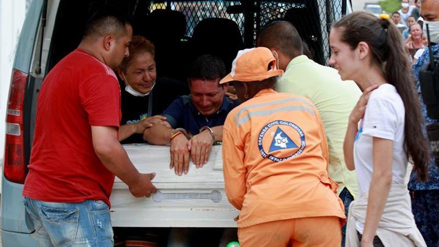 Un preso asiste esposado al entierro de su hija muerta en el alud de Mocoa