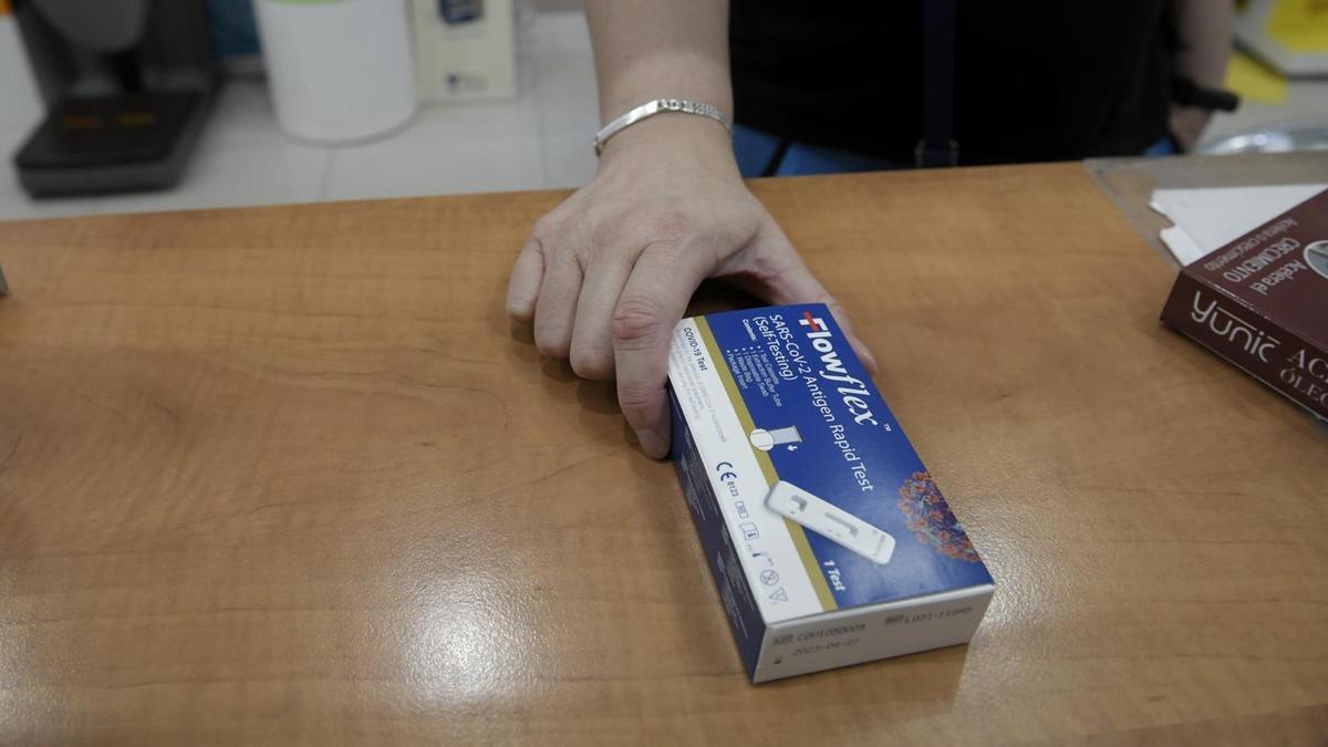 Un test de antígenos de detección del COVID-19 en una farmacia.