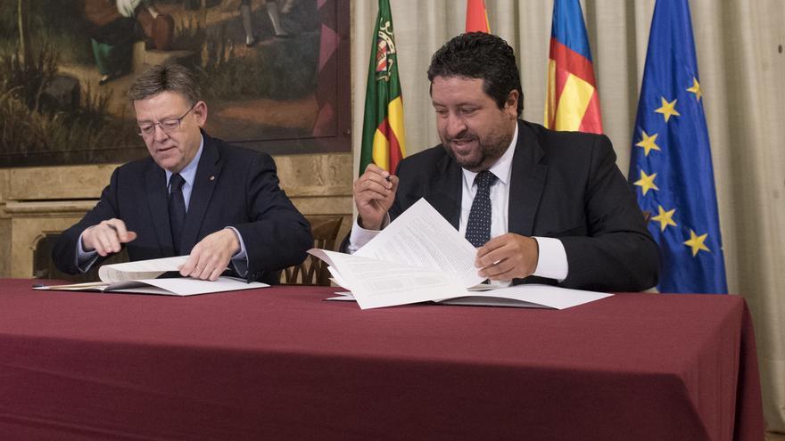 Ximo Puig y Javier Moliner, durante la firma del convenio por las brigadas