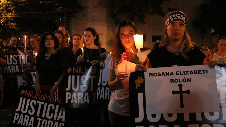 Decenas de mujeres vestidas de negro se manifiestan frente a la Catedral de Asunción (Paraguay)