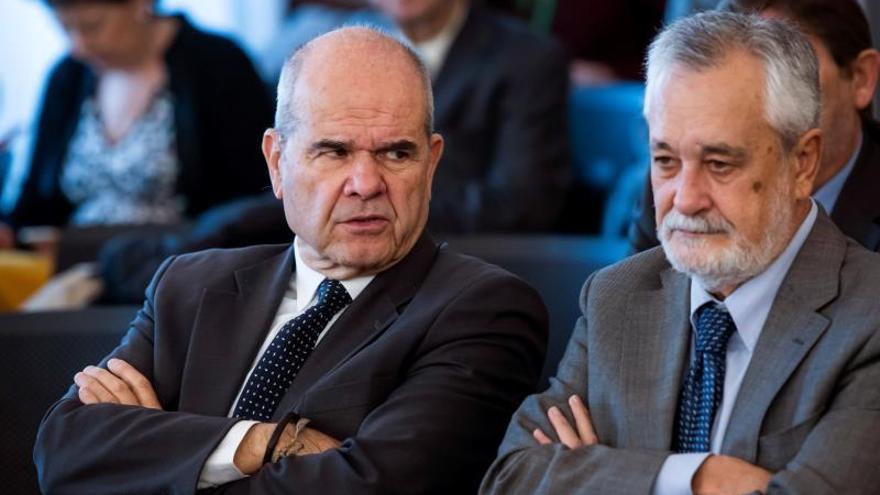 Los expresidentes socialistas Manuel Chaves (i) y José Antonio Griñán (d), hoy en la sala de la Audiencia de Sevilla en el juicio.
