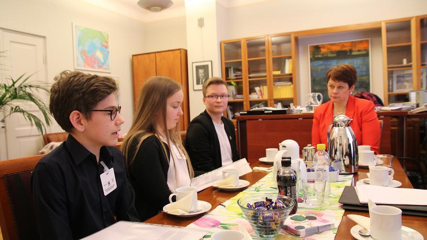 Entrega de la petición para reformar la ley finlandesa, Trans Act, por el secretario general de Amnistía Internacional, Salil Shetty, el director de Amnistía de Finlandia, Frank Johansson, el activista trans, Sakris Kupila y dos estudiantes de una escuela secundaria que participaron en la campaña Escribe por tus derechos