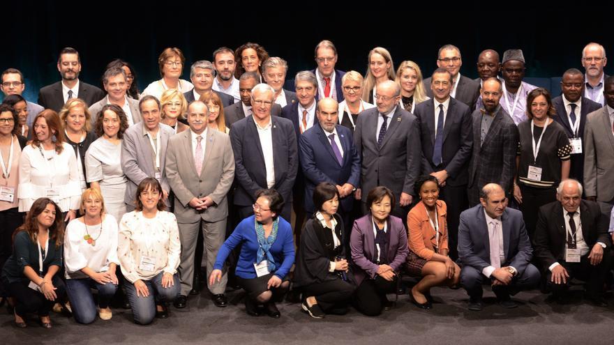 El alcalde de València, Joan Ribó (centro), en la Cumbre de Alcaldes celebrada en el Palacio de Congresos