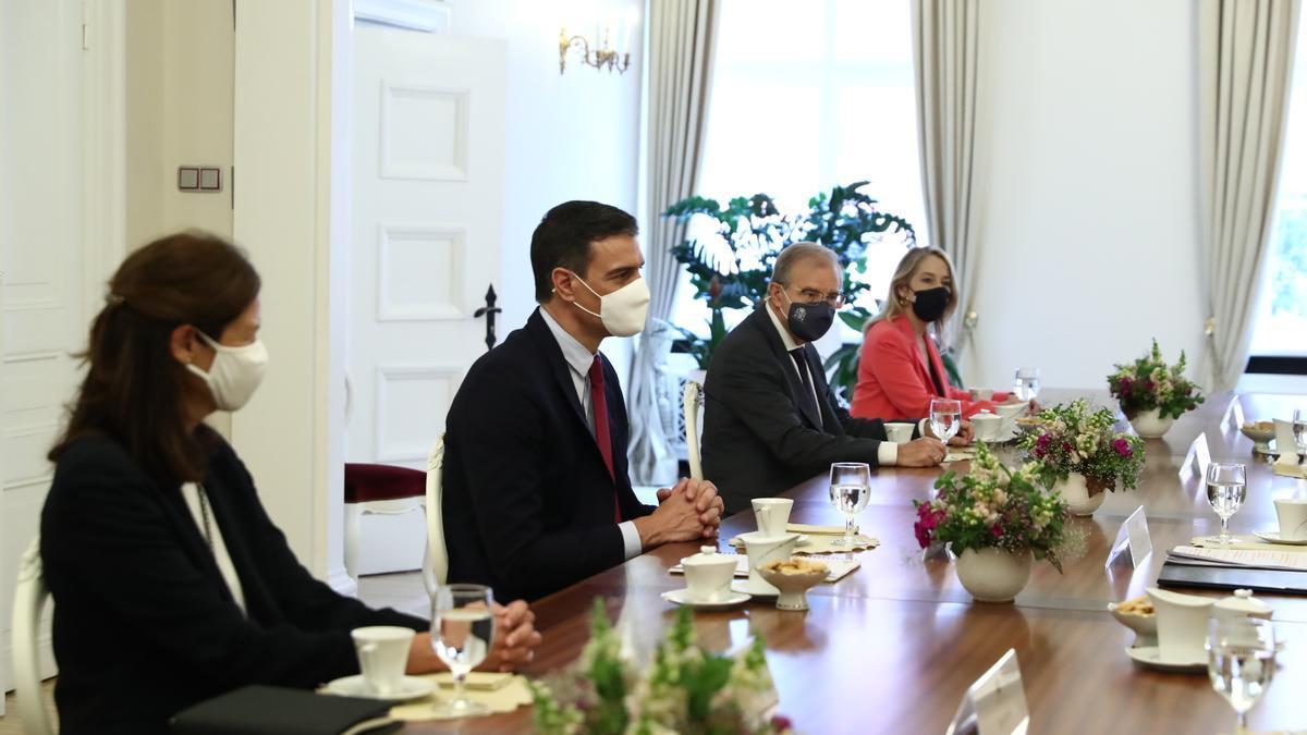 Pedro Sánchez durante un almuerzo con altos cargos del de Letonia el miércoles.