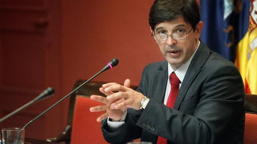 El consejero de Economía y Hacienda del Gobierno de Canarias, Javier González Ortiz, compareció hoy en comisión parlamentaria. EFE/Cristóbal García