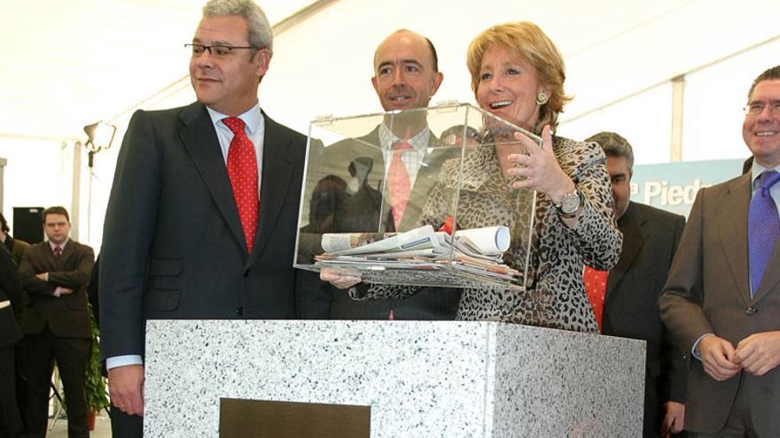 Esperanza Aguirre coloca la primera piedra del hospital de Valdemoro