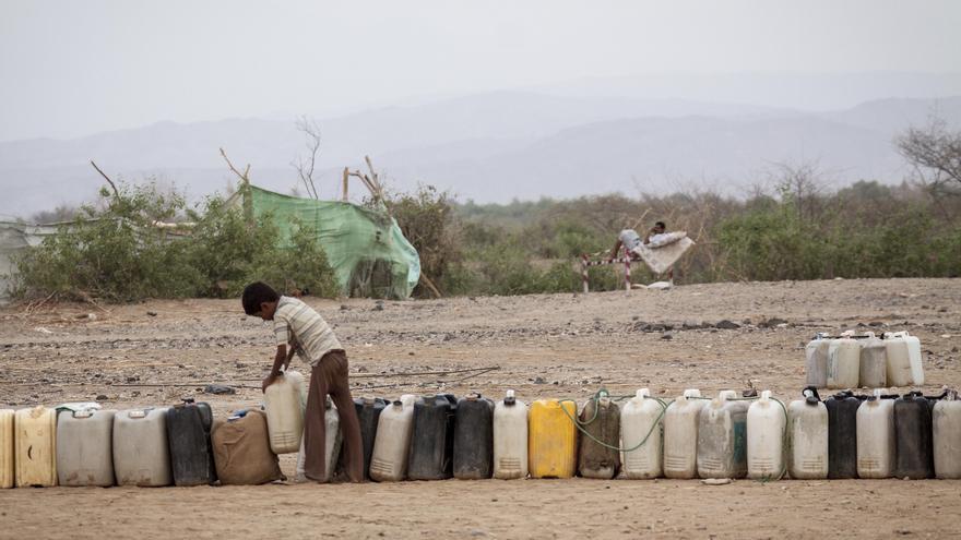 En Yemen, uno de los países con menos recursos hídricos del mundo y el agua debe ser bombeada con motores eléctricos. Sin embargo, la falta de combustible, está haciendo imposible extraerla y distribuirla y su precio se ha doblado en el último mes. Un niño desplazado en el asentamiento a las afueras de Beni Hassan, coloca en fila bidones vacíos mientras espera que comience la distribución de agua. Fotografía: Narciso Contreras/MSF
