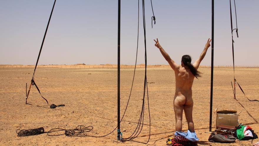 Iván Prado, portavoz de Pallasos en Rebeldía, frente al muro de Marruecos en el Sáhara Occidental/ Gabriela Sánchez