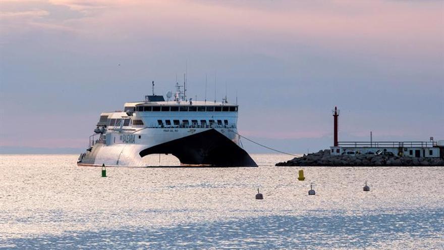 """El pasaje del ferry """"Pinar del Río"""", de la compañía Balearia, que cubre la línea entre Ibiza y Denia, ha sido evacuado esta noche al llegar al puerto alicantino tras encallar el buque a unos cien metros de la escollera."""