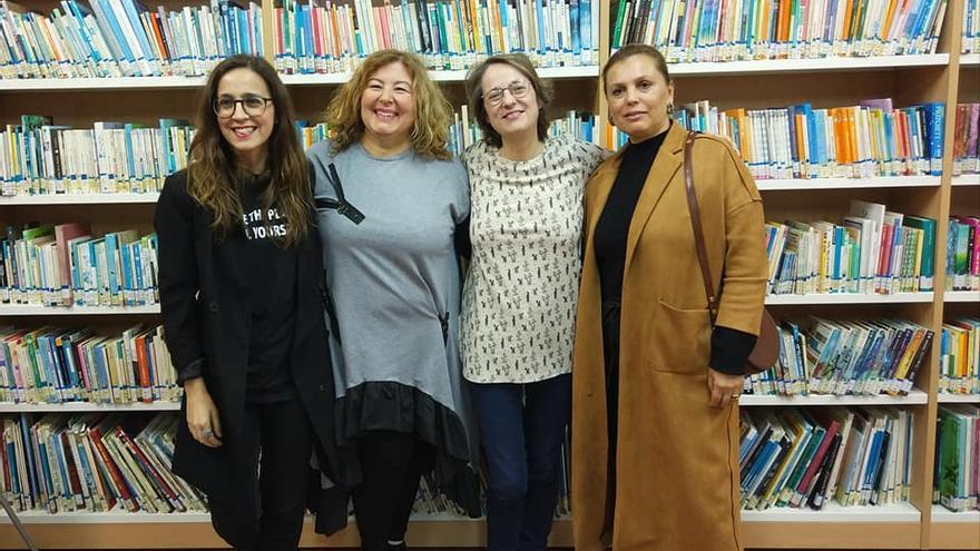 Marta Sanz (primera por la izquierda), como miembros dele Club de Lectura Feminista Un bosque propio, que coordina Patricia Figuero en la Biblioteca Municipal  de Los Llanos de Aridane.